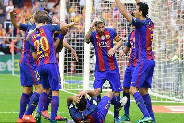مقذوفات من جماهير فالنسيا على لاعبي برشلونة