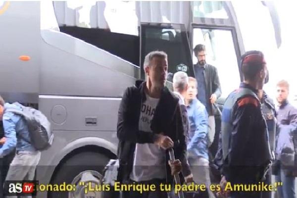أحد الجماهير هاجم لويس إنريكي لفظياً أثناء نزوله من حافلة الفريق وتوجهه مباشرة إلى الطائرة