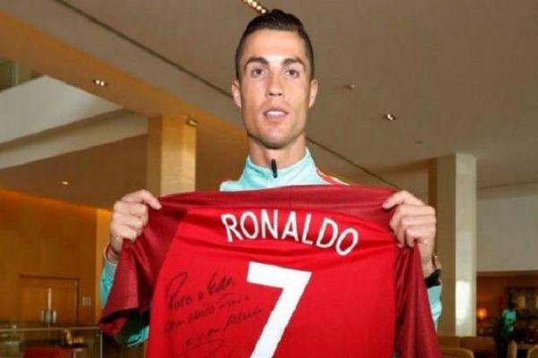 النجم البرتغالي كريستيانو رونالدو يحمل قميص تضامنه مع فيريرا