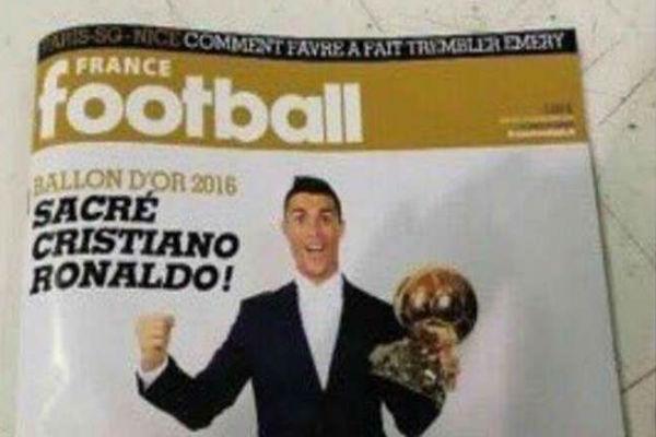 الغلاف المنسوب للمجلة الفرنسية وصورة رونالدو والكرة الذهبية في الواجهة