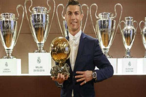 البرتغالي رونالدو يتوج بكرته الذهبية الرابعة