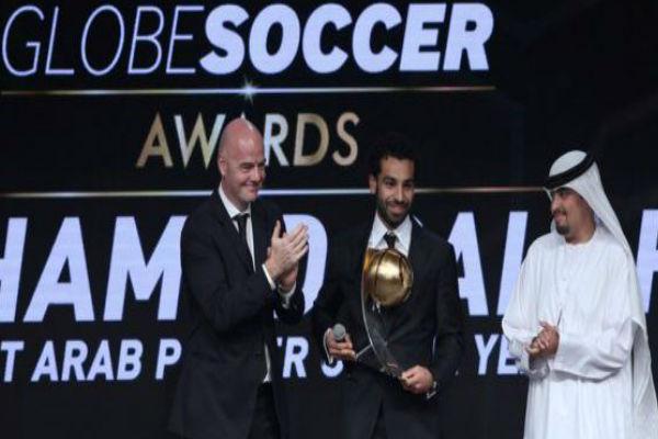 النجم المصري محمد صلاح متوجاً بالجائزة
