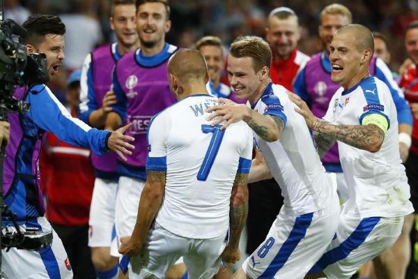 فرحة السلوفاكيين بهدف التقدم على روسيا