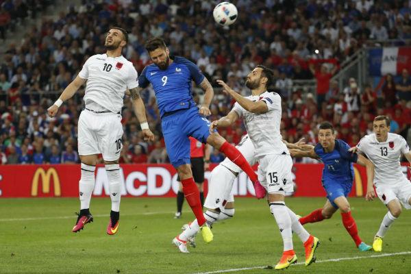 جيرو يحاول استغلال كرة عرضية أمام المرمى الألباني