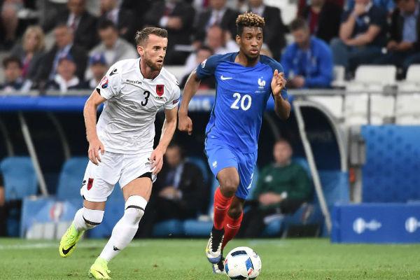 جناح فرنسا كومان يحاول الهروب من اللاعب الألباني