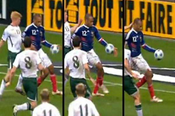 فرنسا تسجل هدفاً غريباً بعد لمسة واضحة باليد من هنري الذي مرر لكرة لزميله غالاس ليهز شباك المرمى