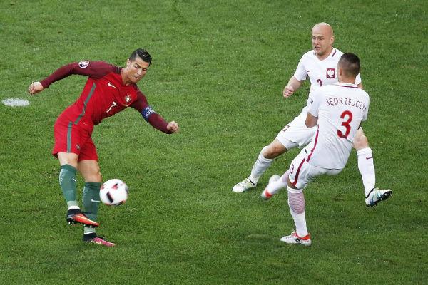 محاولة من كريستيانو رونالدو أمام لاعبين من منتخب بولندا