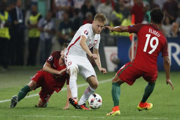 اندفاع بدني كبير بين لاعبي المنتخبين