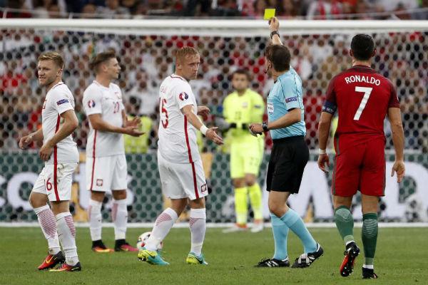 بطافة صفراء لأحد لاعبي بولندا