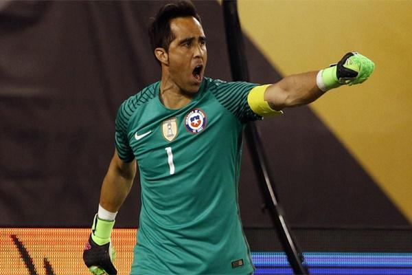 الحارس التشيلي كلاوديو برافو قد حارس مرمى فريق برشلونة الإسباني