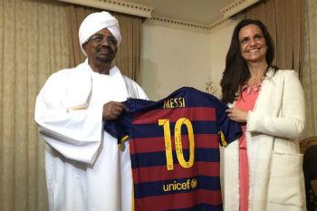 ميسي يُكرم الرئيس السوداني ويهديه قميصه في الخرطوم!