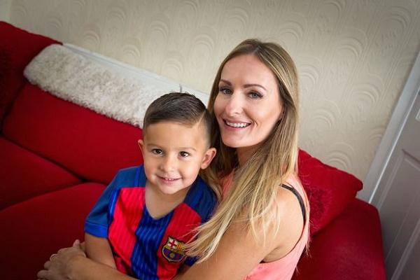 الطفل الصغير جاكسون لال مع والدته