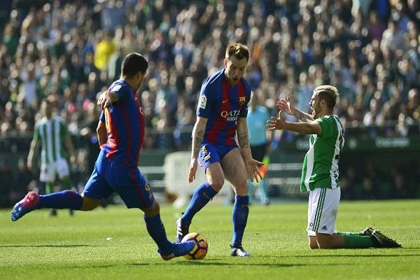 لويس سواريز ينقذ برشلونة من الخسارة امام بيتيس