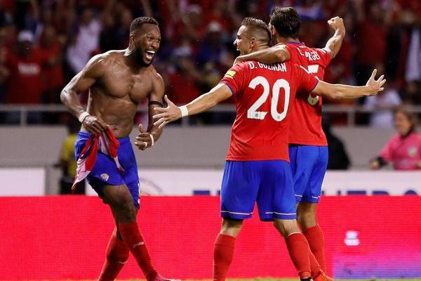 انتزعت كوستاريكا بطاقة نهائيات كأس العالم لكرة القدم 2018 في روسيا، بتعادلها 1-1 في الوقت بدل الضائع مع ضيفتها هندوراس