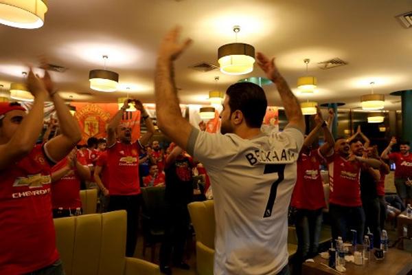 يشكل تشجيع أندية كرة القدم الأوروبية في المقاهي، فسحة فرح وراحة متواضعة للعراقيين الشغوفين باللعبة الأكثر شعبية عالميا