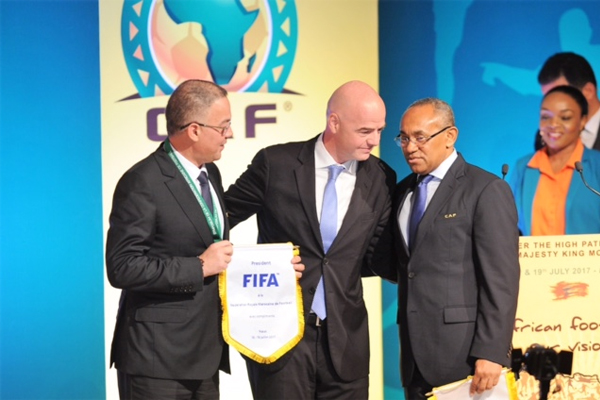 فوزي القجع رئيس الجامعة المغربية لكرة القدم رفقة رئيسي (كاف) و(فيفا)