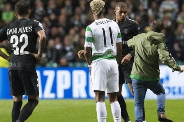 مشجع يحاول الاعتداء على نجم باريس سان جيرمان كيليان مبابي أثناء مباراة النادي الفرنسي أمام سيلتك الأسكتلندي