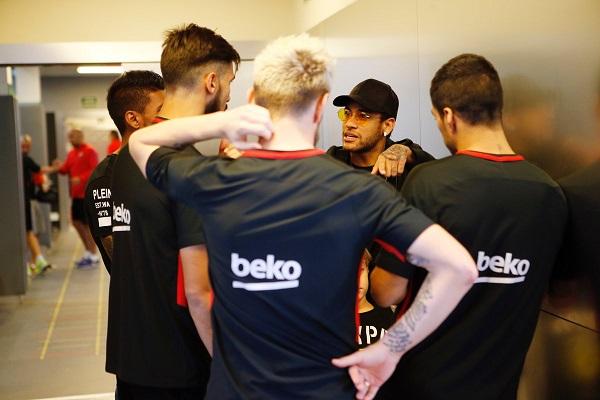 نيمار يستغل عقوبته في الدوري الفرنسي لزيارة برشلونة
