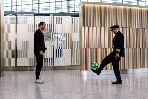 فيرديناند أسطورة مانشستر يونايتد يستعرض مهاراته في دبي
