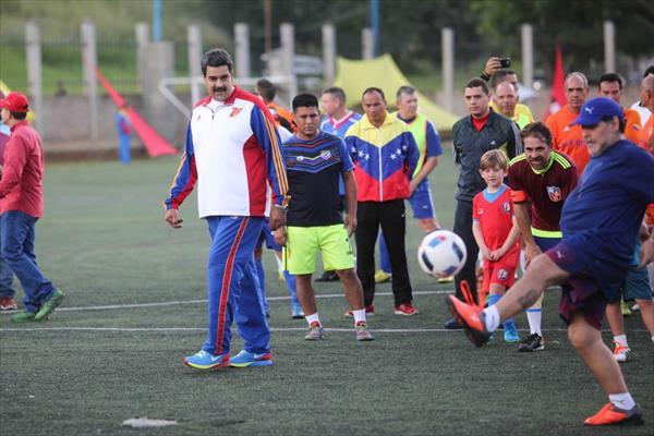 مارادونا يلعب كرة القدم مع الرئيس الفنزويلي ويقدم دعمه