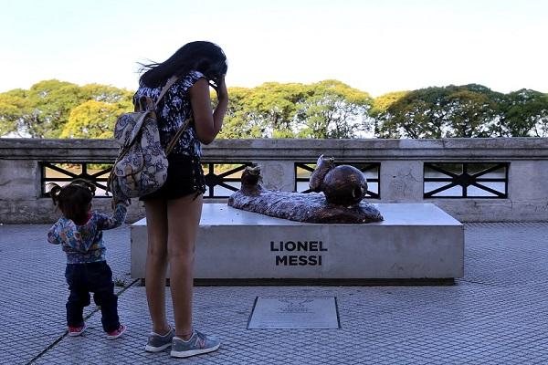 تمثال ميسي في بيونيس آيريس يجذب الزوار بعد تحطيمه