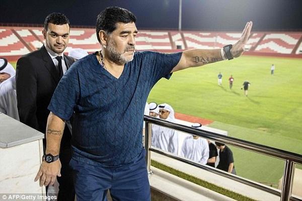 إيقاف مارادونا أربع مباريات  لمحاولة  اعتدائه على حكم