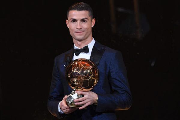 احتفظ نجم ريال مدريد الإسباني والمنتخب البرتغالي كريستيانو رونالدو بجائزة الكرة الذهبية التي تمنحها مجلة