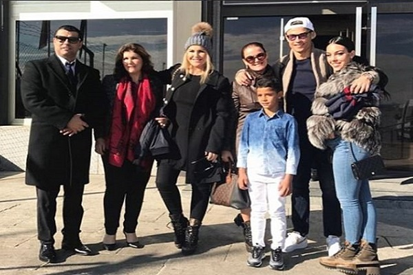 كريستيانو رونالدو، نجم نادي ريال مدريد الإسباني، رفقة أفراد عائلته