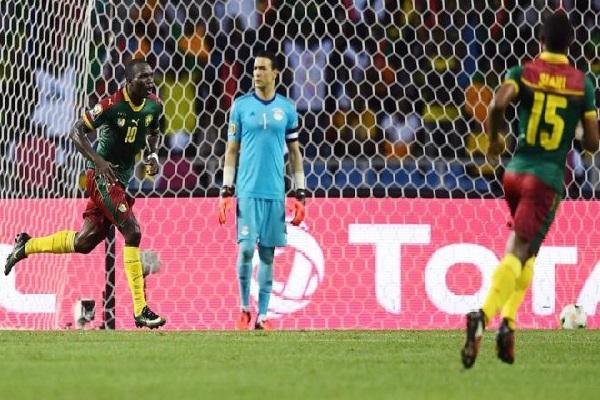 أحرز فينسان أبوبكر (على اليسار) هدف الفوز للكاميرون في الدقيقة 88 من زمن المباراة.