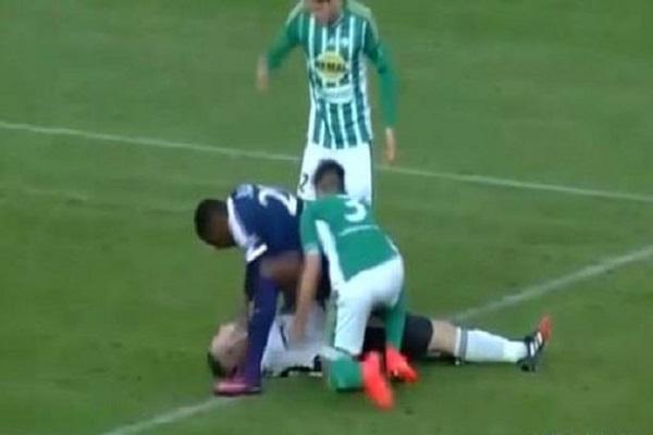 لاعب توغولي يسحب لسان خصمه التشيكي ويسكت الهتافات العنصرية