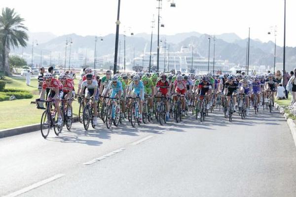 تشارك مجموعة من الدراجين في سباق بين الاردن واسرائيل للترويج لحدث رياضي يهدف الى