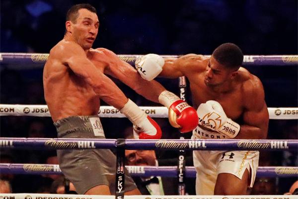 تفوق الملاكم البريطاني انطوني جوشوا على الأوكراني المخضرم فلاديمير كليتشكو بالضربة الفنية القاضية