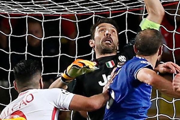 صنع الحارس المخضرم جانلويجي بوفون الفارق خلال فوز فريقه يوفنتوس الايطالي على مضيفه موناكو الفرنسي