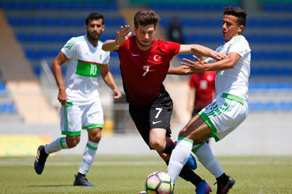 قاد المتألق فريد الملالي منتخب الجزائر الى فوز مثير على نظيره التركي