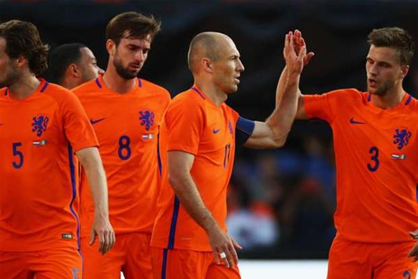 كانت هولندا التي شاركت بتشكيلة شبه احتياطية بسبب عدم تحرير بعض اللاعبين من انديتهم