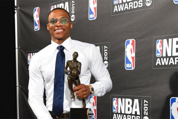 توج راسل وستبروك نجم اوكلاهوما سيتي ثاندر موسمه الاستثنائي بجائزة افضل لاعب في دوري كرة السلة الاميركي للمحترفين