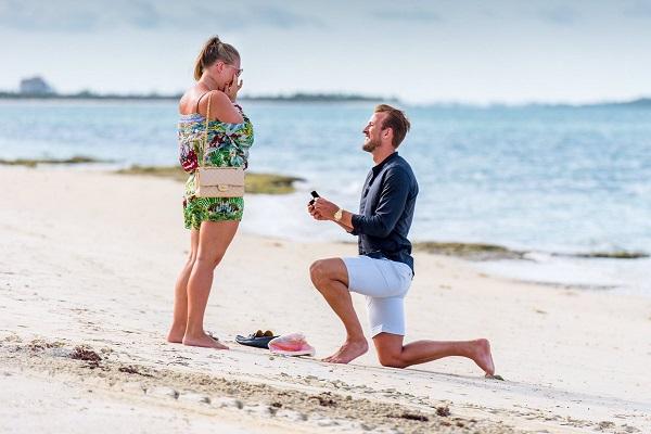 هاري كين يطلب الزواج من صديقته بطريقة رومانسية
