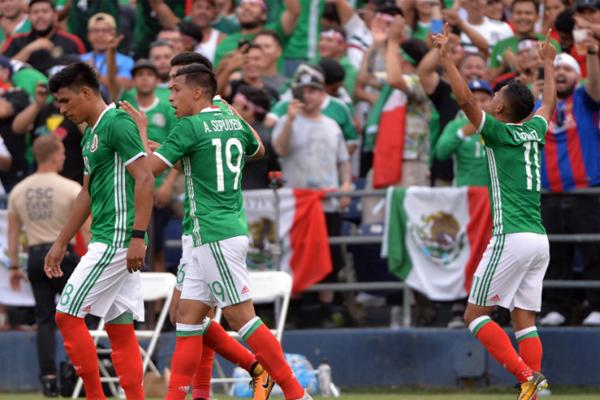 استهل منتخب المكسيك حملة الدفاع عن لقبه بطلا للكأس الذهبية بفوز مريح على السلفادور