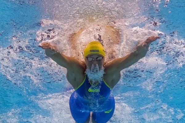 حققت السباحة السويدية سارة سيوستروم رقما قياسيا في سباق 100 م حرة هو 51