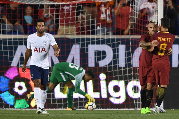 فاز روما الايطالي على توتنهام وصيف بطل الدوري الانكليزي لكرة القدم 3-2 في مباراة كانت نهايتها مجنونة