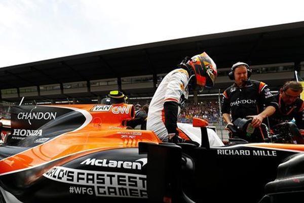 أعلن فريق ماكلارين هوندا تمديد عقد سائقه البلجيكي ستوفل فاندورن للسنة المقبلة
