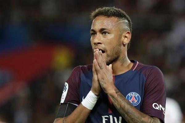 أبدى نادي باريس سان جرمان الفرنسي لكرة القدم أسفه للدعوى القضائية التي رفعها نادي برشلونة الاسباني بحق مهاجمه البرازيلي نيمار
