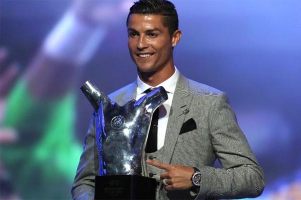 توج النجم البرتغالي كريستيانو رونالدو بجائزة افضل لاعب في مسابقات الاتحاد الأوروبي لكرة القدم