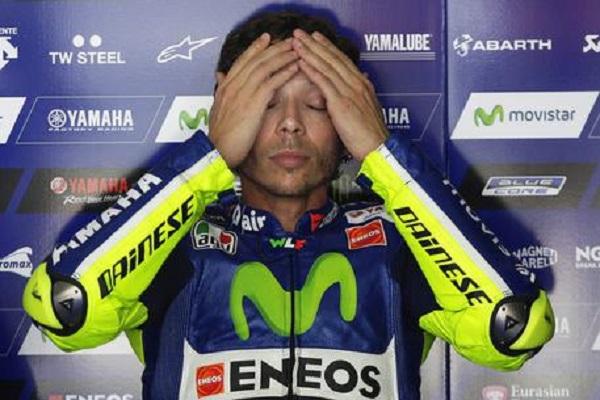 فالنتينو روسي يغيب عن سباقين على أقل تقدير بسبب كسر في ساقه