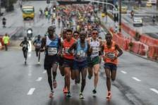 الكيني جوزف كيبرونو (وسط) في طليعة المتسابقين في نصف ماراتون ميديين قبل تعرضه لحادث صدم الأحد 16 أيلول/سبتمبر 2018