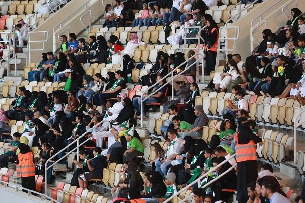 مشجعات يهتفن لفريقهن في ملعب كرة قدم للمرة الأولى في السعودية