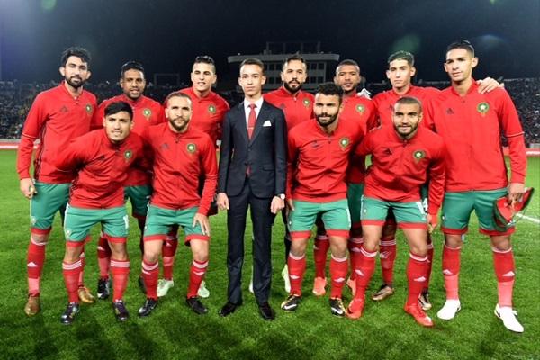 ولي العهد المغربي الامير مولاي الحسن في  صورة تذكارية  مع الفريق المغربي