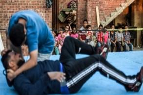أطفال يتابعون تمرين مصارعة خارج منزل أشرف محروس في الإسماعيلية