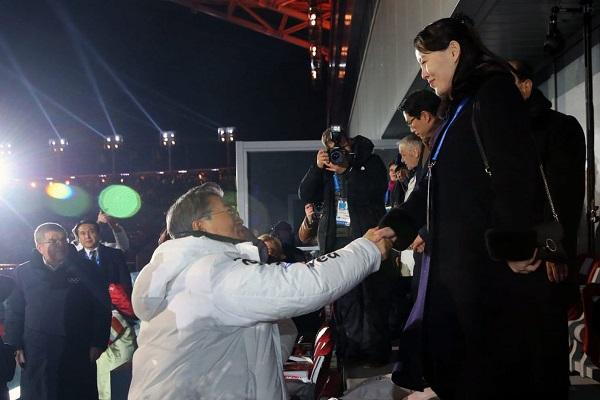مصافحة تاريخية بين شقيقة كيم جونغ اون والرئيس الكوري الجنوبي في افتتاح الأولمبياد