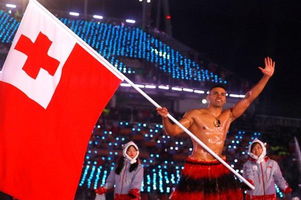 حامل علم تونغا يتحدى البرد بصدر عار في حفل الافتتاح